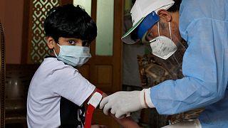 Criança realiza teste de sangue para despistar o novo coronavírus no Paquistão