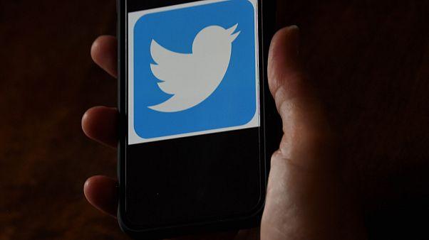 شعار شركة تويتر على هاتف محمول