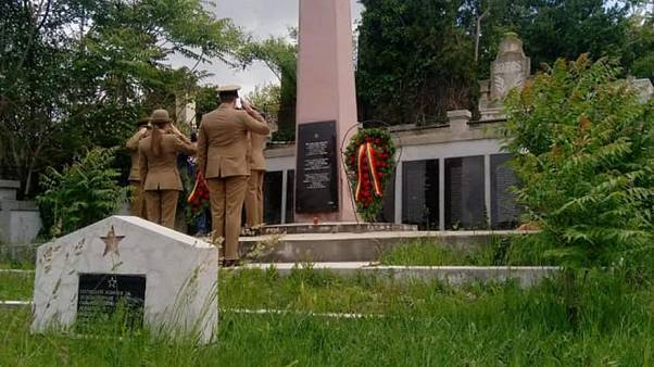 Rumänische Soldaten legen Kränze nieder vor dem Denkmal der Soldaten der Roten Armee.