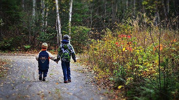 پیادهروی دو کودک