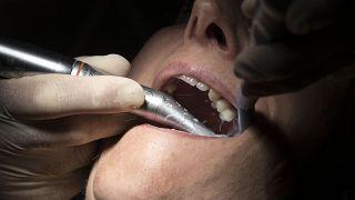 بريطانيون عالجوا أسنانهم بأنفسهم في المنزل بسبب كورونا