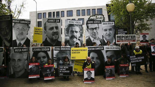 3 Mayıs Dünya Basın Özgürlüğü dolayısıyla 2017 yılında Türkiye'nin Berlin Büyükelçiliği önünde hapisteki gazetecilerin serbest bırakılması için gösteri yapıldı.