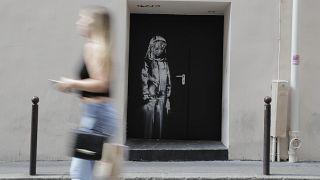 """Banksy'ye ait olduğu sanılan """"Üzgün genç kız"""" adlı eser"""