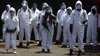 عمال مقابر في المكسيك