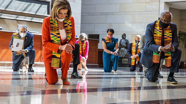 رئيس مجلس النواب الأميركي نانسي بيلوسي خلال دقيقة صمت في واشنطن تكريماً لجورج فلويد