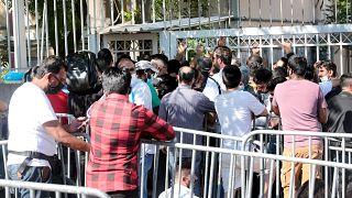 Αλλοδαποί συνωστίζονται έξω από την κεντρική Υπηρεσία Ασύλου, στην οδό Κατεχάκη
