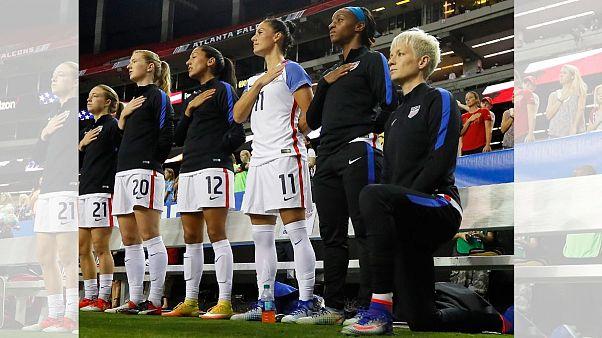 مگان راپینو بازیکن تیم ملی فوتبال زنان آمریکا که هنگام پخش سرود ملی زانو زده است