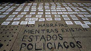 """Nomes de vítimas de violência policial à porta da Embaixada dos EUA na Cidade do México e a frase """"Não haverá paz enquanto existirem Estados policiais"""""""