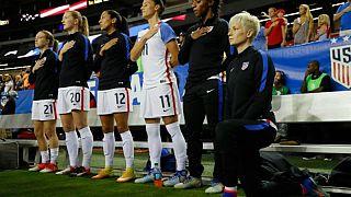 ABD'de maçlar öncesi milli marş sırasında futbolcuların siyahilere yönelik ayrımcılığa tepki olarak diz çökmelerine getirilen yasak kaldırıldı