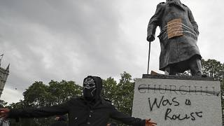 Derrube de estátuas públicas contra o racismo divide opiniões