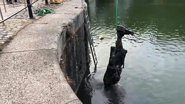 السلطات تنتشل تمثال تاجر رقيق في بريستول بعد أن رماه محتجون غاضبون في مياه النهر