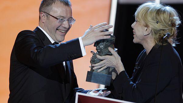 """Daniel Monzón, a la izquierda, recibe el premio al mejor director por """"Celda 211"""" de la actriz española Rosa María Sardá durante la entrega de los premios Goya 2010 en Madrid,"""