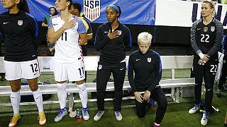 Megan Rapinoe, com Christen Press (12), Ali Krieger (11), Crystal Dunn (16) e Ashlyn Harris (22), antes de um jogo dos EUA contra a seleção dos Países Baixos