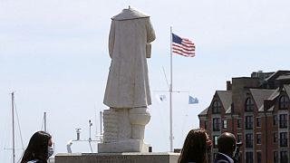 La statua di Cristoforo Colombo decapitata, in un parco sul lungomare vicino al quartiere italiano del North End, a Boston, in Massachusetts