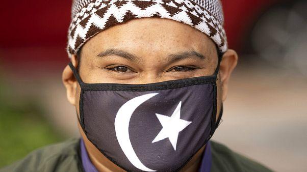 Malezya'da koronavirüs sebebiyle maske takmış bir Müslüman.