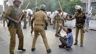 Hindistan'da Müslümanlarca düzenlenen gösteriye müdahale eden polis (arşiv)