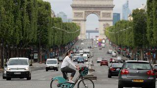 سيدة تقود دراجتها في باريس