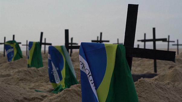 A koronavírus áldozataira emlékeztető kereszteket ástak el Copacabana beach-en