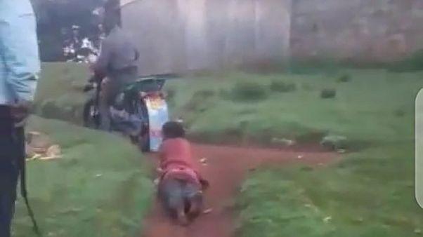 Kenya'da bir kadını motorsiklete bağlayarak sürükleyen 3 polis tutuklandı.