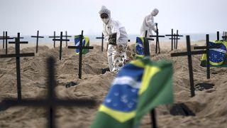 Un faux cimetière de victimes du Covid-19 sur la plage de Copacabana au Brésil
