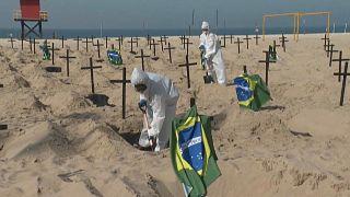 Activistas abren tumbas en la playa de Copacabana