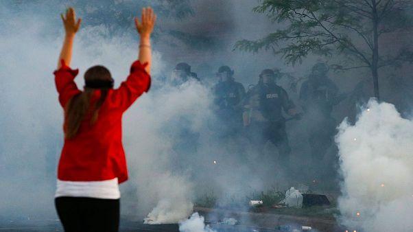 پرتاب گاز اشکآور به سمت معترضان در آمریکا