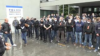 Streit um Polizeigewalt: Beamte legen Handschellen nieder