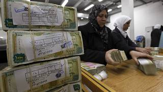 صورة أرشيفية لموظفة تعد أموالا في البنك المركزي السوري