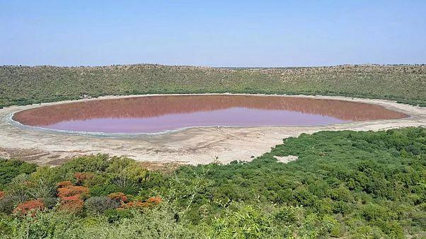 Hindistan'da 50 bin yıl önce meteor çarpması sonucu oluşan Lonar Gölü kırmızıya döndü.