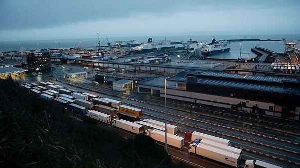 Behajózásra váró kamionok a doveri kikötőben