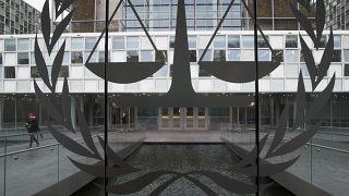 صورة لشعار خارج مبنى محكمة العدل الدولية
