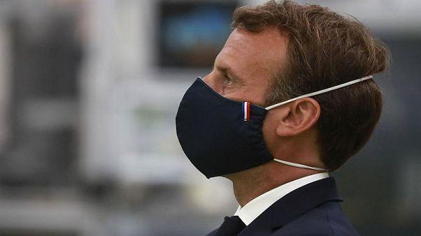 Il Presidente francese, Emmanuel Macron, indossa una mascherina realizzata da un'azienda francese durante la sua visita ad uno stabilimento a Etaples