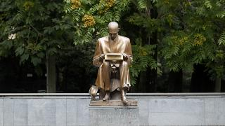 La statua dedicata a Milano al giornalista Indro Montanelli di cui i Sentinelli chiedono la rimozione