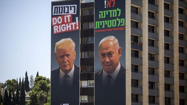 صورتان لترامب ونتنياهو على مبنى في اسرائيل