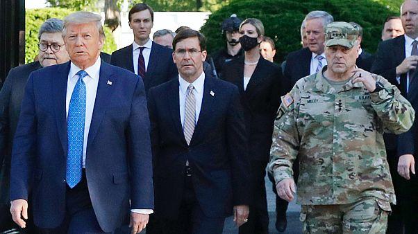Útban a Szent János templom felé: William Barr (szemüvegben), Donald Trump, Mark Esper és Mark Milley