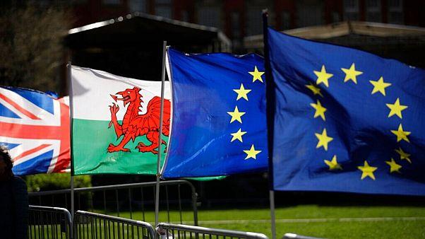 پرچم ولز در کنار پرچم بریتانیا و اتحادیه اروپا