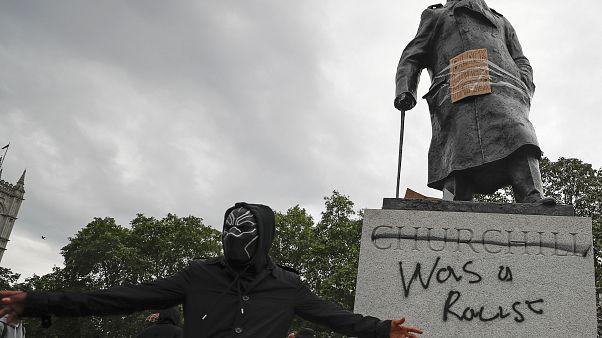 Bedobozolt szobrokkal készül London a hétvégi tüntetésekre