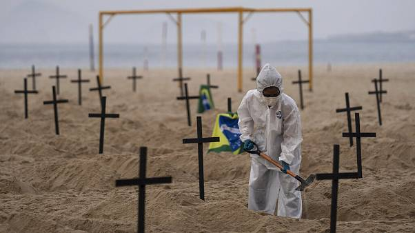 شاهد.. قبور خالية في أحد أشهر شواطئ البرازيل احتجاجا على تعامل السلطات مع كورونا