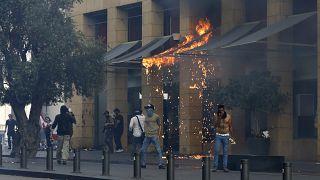 Queda da libra libanesa precipita protestos violentos