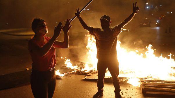 احتجاجات غاضبة إثر انهيار غير مسبوق لليرة اللبنانية في السوق السوداء أمام الدولار الأمريكي