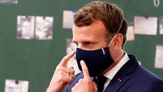 Emmanuel Macron francia elnök arcmaszkot visel a Valeo gyárban, Etaples városában 2020. május 26-án