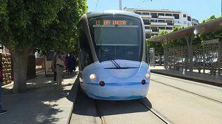 In Rabat trägt auch die Straßenbahn eine Schutzmaske - ja, die Straßenbahn