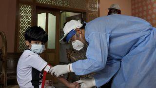 """منظمة الصحة العالمية تدعو الحكومات إلى """"الاستفاقة"""" ووقف تفشي الفيروس"""