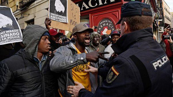 Протестующие спорят с полицейскими во время митинга против полицейского насилия в Мадриде в 2018.