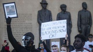 Linç edilen siyahiler için yapılan anıt önünde George Floyd fotoğraflı gösteri