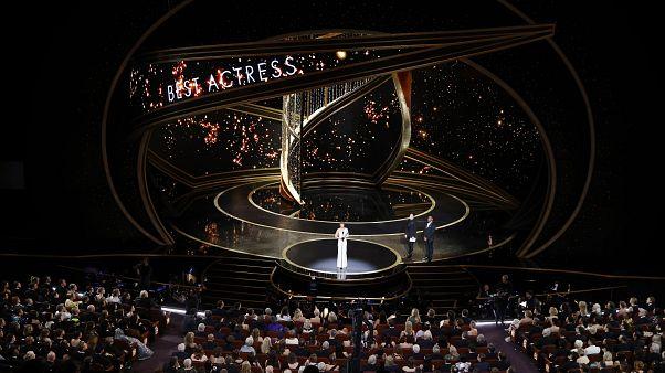 92. Oscar-gála: Renée Zellweger átveszi a legjobb női főszereplőnek járó díjat a Judy című életrajzi drámában nyújtott alakításáért (2020. február)