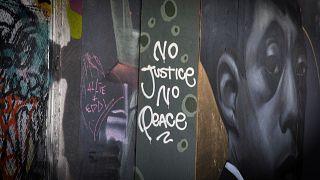 """شاهد.. جداريات بـ """"درجات الأسود"""" تغطي أشهر أزقة تورنتو"""