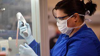 مختبر بريطاني يسعى لتحضير لقاح ضد فيروس كورونا