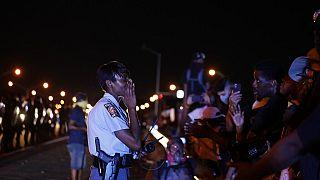 Un officier avertit des manifestants samedi 13 juin 2020 à Atlanta où Rayshard Brooks a été abattu par la police