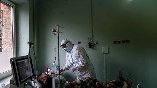 علاج لمصاب بكورونا في مستشفى بأوكرانيا